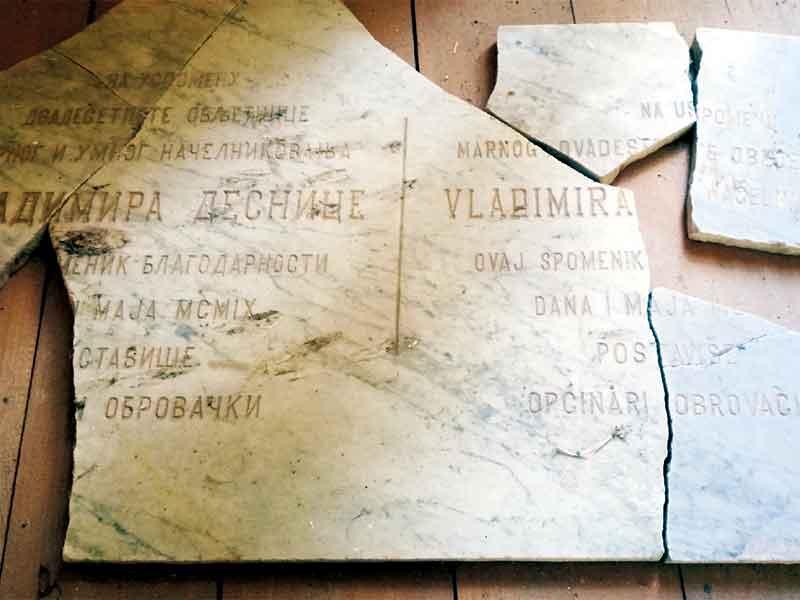Razbijena-spomen-ploča Obrovac