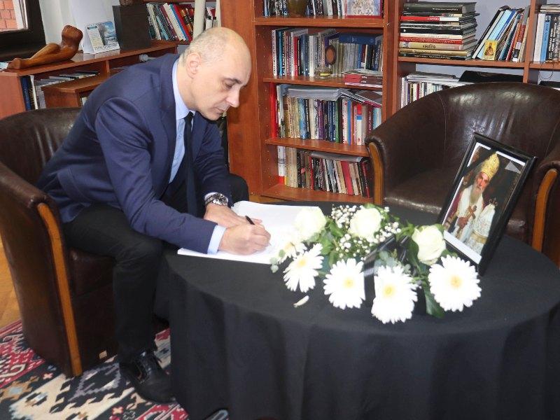 Upisivanje u knjigu žalosti generalni konzulat srbije u vukovaru srđan jeremić