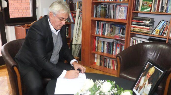Upisivanje u knjigu žalosti generalni konzulat srbije u vukovaru milan šapić