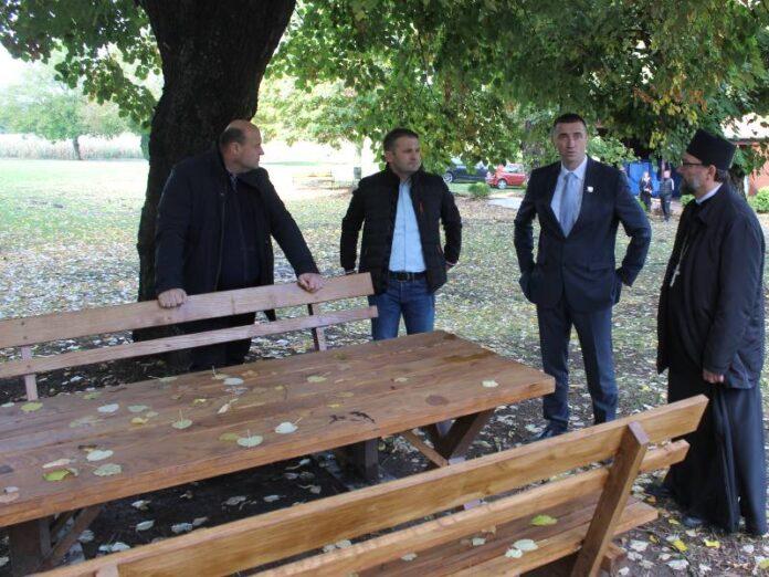 pet kompleta drvenih stolova i klupa srđan kolar dražen čulig ivan penava miljen ilić